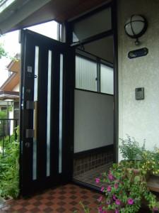 ランマ付きの玄関。ドアが開いている写真(交換後)