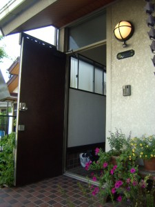 ランマ付きの玄関。ドアが開いている写真(交換前)