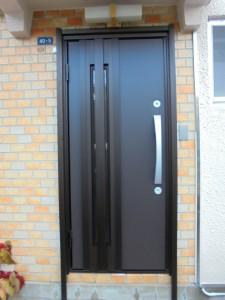 外壁はレンガのまま、新しい玄関にカバー工法で交換