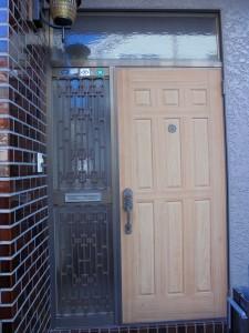 ホットブラウン色の玄関ドアの写真