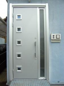 シルバー色の玄関ドアに交換